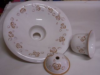 ( CODICE ARTICOLO: ILL/08) Lampadario in ceramica a sospensione con motivi floreali incisi a mano