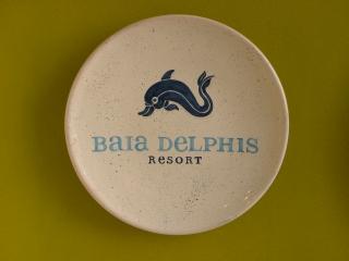 (CODICE ARTICOLO: AZ/34) Piatto in ceramica, dipinto a mano con logo aziendale.Tecnica: maiolica