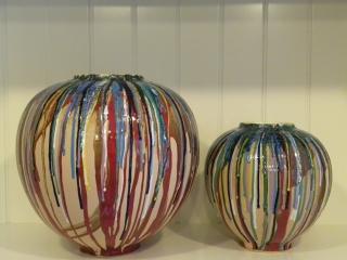 (CODICE ARTICOLO: LM/09) Vasi in ceramica, realizzati al tornio e dipinti a mano. Tecnica: maiolica.
