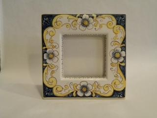 (CODICE ARTICOLO: PF/06) Portafoto quadrato dipinto a mano con fiori. tecnica: maiolica