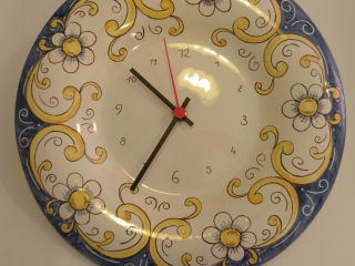 (CODICE ARTICOLO: OR/09) Orologio dipinto a mano con fiorellini.Tecnica:maiolica.