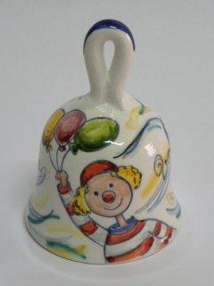 Campanella dipinta a mano con pagliaccio. Tecnica di realizzazione: a pennello con colori soprasmalto invetriati