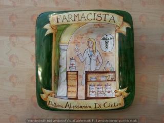 (CODICE ARTICOLO: PMM/05) Piatto quadrato in ceramica, dipinto a mano con rappresentazione del mestiere: La farmacista. Tecnica:maiolica