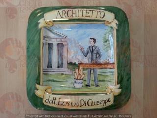 (CODICE ARTICOLO: PMM/06) Piatto quadrato in ceramica, dipinto a mano con rappresentazione del mestiere: L'architetto. Tecnica:maiolica
