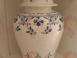 """(CODICE ARTICOLO: ILL/35) Base lampada da tavolo, dipinta a mano con decoro """"Pompei"""". Tecnica: maiolica"""