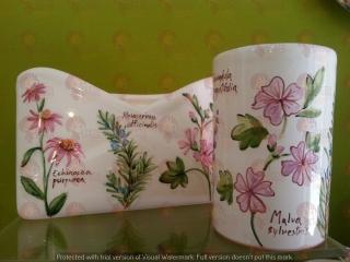 (CODICE ARTICOLO: PL/16) Portalettere da tavolo e portapenne dipinti a mano con decori floreali. Tecnica: maiolica