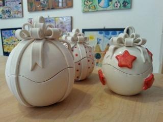 """Laboratorio di ceramica tematico """"Dipingi la tua scatola di Natale"""" - 10 dicembre 2017 presso il laboratorio di ceramica Creta Rossa di vasto."""
