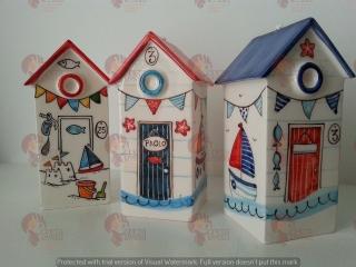 (CODICE ARTICOLO: VAR/01) Campanelle in ceramica a forma di casotti del mare, dipinti a mano e personalizzabili in base alle proprie esigenze nei colori e nei disegni. Tecnica: maiolica.