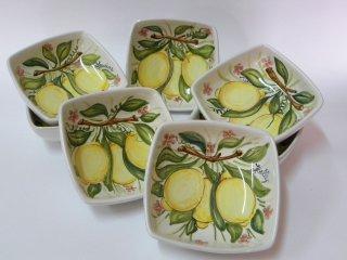 Ciotoline dipinte a mano reffigurante limoni. Tecnica di realizzazione: a pennello con colori soprasmalto invetriati (Maiolica)