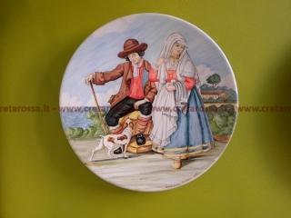 """cod.art: lc07 - Piatto in ceramica da cm 35, raffigurante """"Costumi tradizionali di Vasto"""". Ne vorresti uno simile? Invia una richiesta e riceverai il preventivo con le spese di spedizione."""