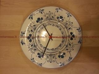 cod.art: or06 - Orologio in ceramica dipinto a mano in base alla richiesta del cliente. Ne vorresti uno simile? Invia una richiesta e riceverai il preventivo con le spese di spedizione.