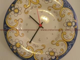 cod.art: or05 - Orologio in ceramica dipinto a mano in base alla richiesta del cliente. Ne vorresti uno simile? Invia una richiesta e riceverai il preventivo con le spese di spedizione.