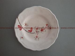 cod.art: pt04 - Piatto in ceramica dipinto a mano con fiori. Ne vorresti uno simile? Invia una richiesta e riceverai il preventivo con le spese di spedizione.