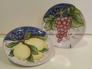cod.art: pt07 - Piatto in ceramica dipinto a mano con frutta. Ne vorresti uno simile? Invia una richiesta e riceverai il preventivo con le spese di spedizione.