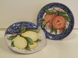 cod.art: pt06 - Piatto in ceramica dipinto a mano con frutta. Ne vorresti uno simile? Invia una richiesta e riceverai il preventivo con le spese di spedizione.