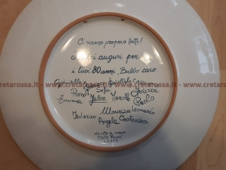 """cod.art: va61 - Retro del piatto in ceramica """"FAMIGLIA MIA"""" con le firme di tutti i componenti della famiglia. Ne vorresti uno simile? Invia una richiesta e riceverai il preventivo con le spese di spedizione."""