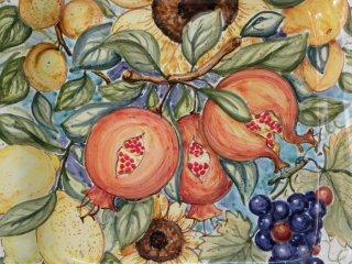 Composizione di frutta e fiori