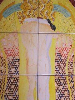 """""""Gioia, bella scintilla divina"""" di G. Klimt  - 40x60 cm. - particolare; Lavoro realizzato all'interno del laboratorio; Autrice: Sonia Bellini. Tecnica: Maiolica."""