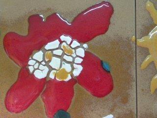 Particolare di una mattonella realizzata da un bambino di 4 anni. Tecnica utilizzata: Smalti ceramici