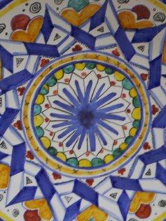 Piatto da 30 cm di diametro: particolare riproduzione  tipico disegno Montelupo Fiorentino; Lavoro realizzato all'interno del laboratorio; Autrice: Silvia Quirini. Tecnica: Maiolica.