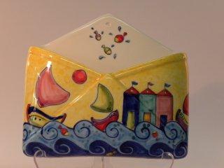 (CODICE ARTICOLO: PL/09) Portalettere da parete dipinto a mano con decoro dei casotti e barchette.Tecnica:Maiolica
