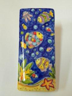(CODICE ARTICOLO: AB/08) Deumidificatore decorato a mano con pesci tropicali con fondo colorato.Tecnica:Maiolica