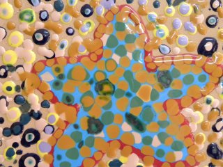 Particolare di una mattonella realizzata da una bambina di 5 anni. Tecnica utilizzata: Smalti ceramici