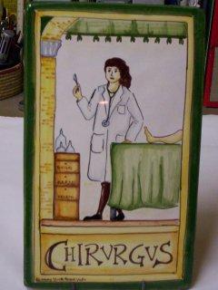 (CODICE ARTICOLO: MM/03) Mattonella fatta e decorata a mano con la rappresentazione del mestiere:chirurgo.Tecnica:maiolica