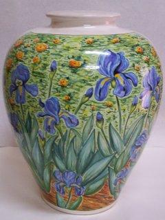 ( CODICE ARTICOLO: ILL/06) Base per lume in ceramica dipinta a mano con iris.Tecnica:maiolica