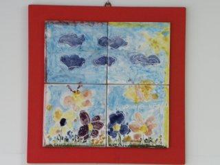 Pannello 30x30 cm. realizzato dai bambini durante i corsi tenuti nel laboratorio. Tecnica: smalti colorati su terracotta