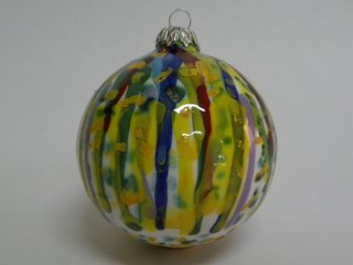 Pallina di natale di cm. 8 di diametro, circa, dipinta a mano da un artista di 7 anni - durante i corsi tenuti dentro il laboratorio .Tecnica:maiolica