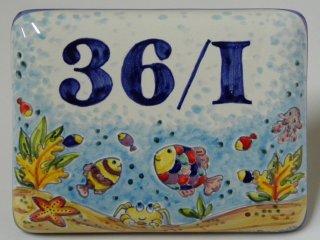 Esempio di numero civico in ceramica  personalizzato con  decoro e colore scelto dal cliente.