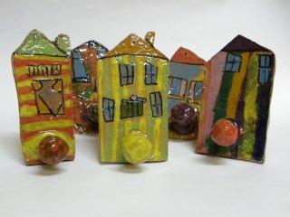 Appendiabiti realizzati da bambini di cinque anni, durante i corsi didattici di ceramica che si svolgono dentro il laboratorio.