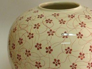 (CODICE ARTICOLO: VA/02) Vaso realizzato al tornio e decorato a mano con motivo floreale.Tecnica: Maiolica
