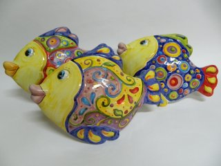 """( CODICE ARTICOLO: AS/08) Pesci in ceramica modello """"Mediterraneo""""da parete realizzati e dipinti a mano . Tecnica: maiolica"""