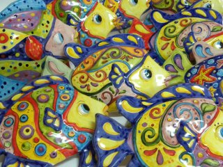 """( CODICE ARTICOLO: AS/07) Pesci in ceramica modello """"Tropicale""""da parete realizzati e dipinti a mano . Tecnica: maiolica"""