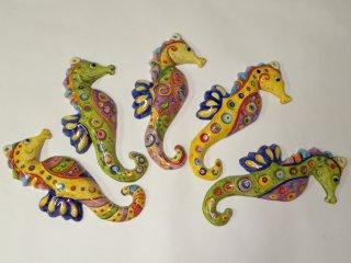 ( CODICE ARTICOLO: AS/06) Ippocampo in ceramica medio da parete dipinto a mano con varie fantasie. Tecnica:maiolica