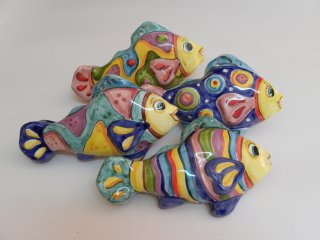 """( CODICE ARTICOLO: AS/13) Pesci in ceramica modello """"Ionio"""" da parete realizzati e dipinti a mano. Se desidera ordinarli, ci invii un'email con i quantitativi e dove vanno spediti e Le faremo il preventivo esatto. Grazie."""