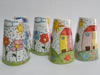 """""""La mia Casa"""" - composizione con tegoline dipinte a mano durante il corso di ceramica per bambini, all'interno del laboratorio"""