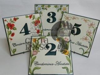 (CODICE ARTICOLO: TP/01) Numeri civici dipinti a mano con motivi floreali.