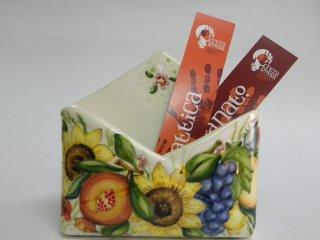 (CODICE ARTICOLO: PL/06) Portalettere da parete decorato a mano con composizione di frutta e fiori.Tecnica:maiolica