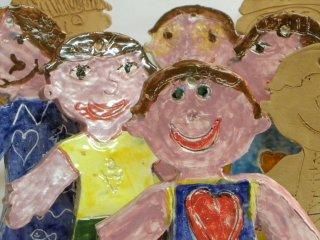 Personaggi in ceramica realizzati dai bambini durante i corsi didattici tenuti nel laboratorio Creta Rossa