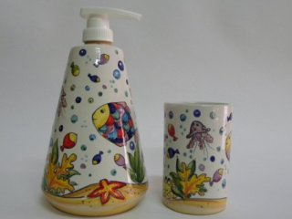 (CODICE ARTICOLO: AB/10) Dispenser e portaspazzolini decorati a mano con pesci tropicali.Tecnica:maiolica