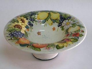 (CODICE ARTICOLO: AL/01) Centrotavola dipinto a mano con composizione di frutta e fiori. Tecnica: maiolica