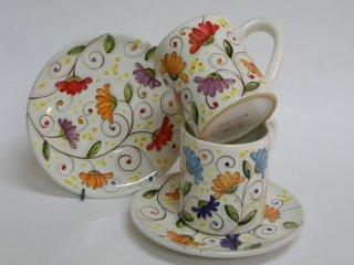 """Tazze da colazione modello """"MUG"""" con piatto dipinte a mano con motivo """"fiori di cera"""". Tecnica: maiolica."""