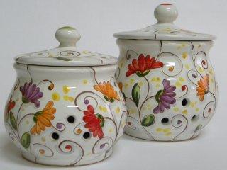 """Portaspezie dipinti a mano con mtivo """"fiori di cera"""".Tecnica:maiolica"""