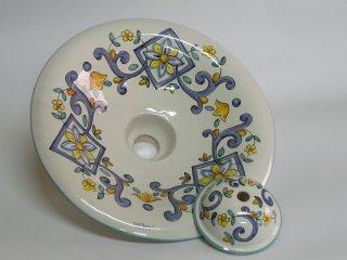 ( CODICE ARTICOLO: ILL/02) Lampadario in ceramica dipinto a mano con decoro floreale. Tecnica: maiolica