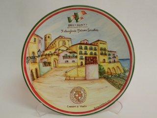 """In occasione dei 150 anni dell' Unità d' Italia  - Concorso """"Vetrina Tricolore"""" organizzato dal Comune di Vasto - Terzo classificato - Piatto in ceramica dipinto a mano raffigurante porta Catena con il centro storico."""