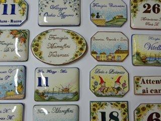 Esempio di numeri civici in ceramica  personalizzati con  decori e colori scelti dai clienti.