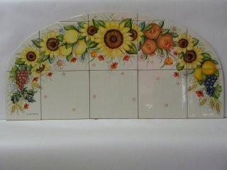 (CODICE ARTICOLO: P/01) Pannello in ceramica dipinto a mano con composizione di fiori e frutta e realizzato su misura per una nicchia. Tecnica: maiolica